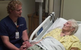 This Nurse Sings to His Patients and the Result is a Beautiful Act of Love